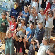 der Kinderchor singt in der Apostelkirche
