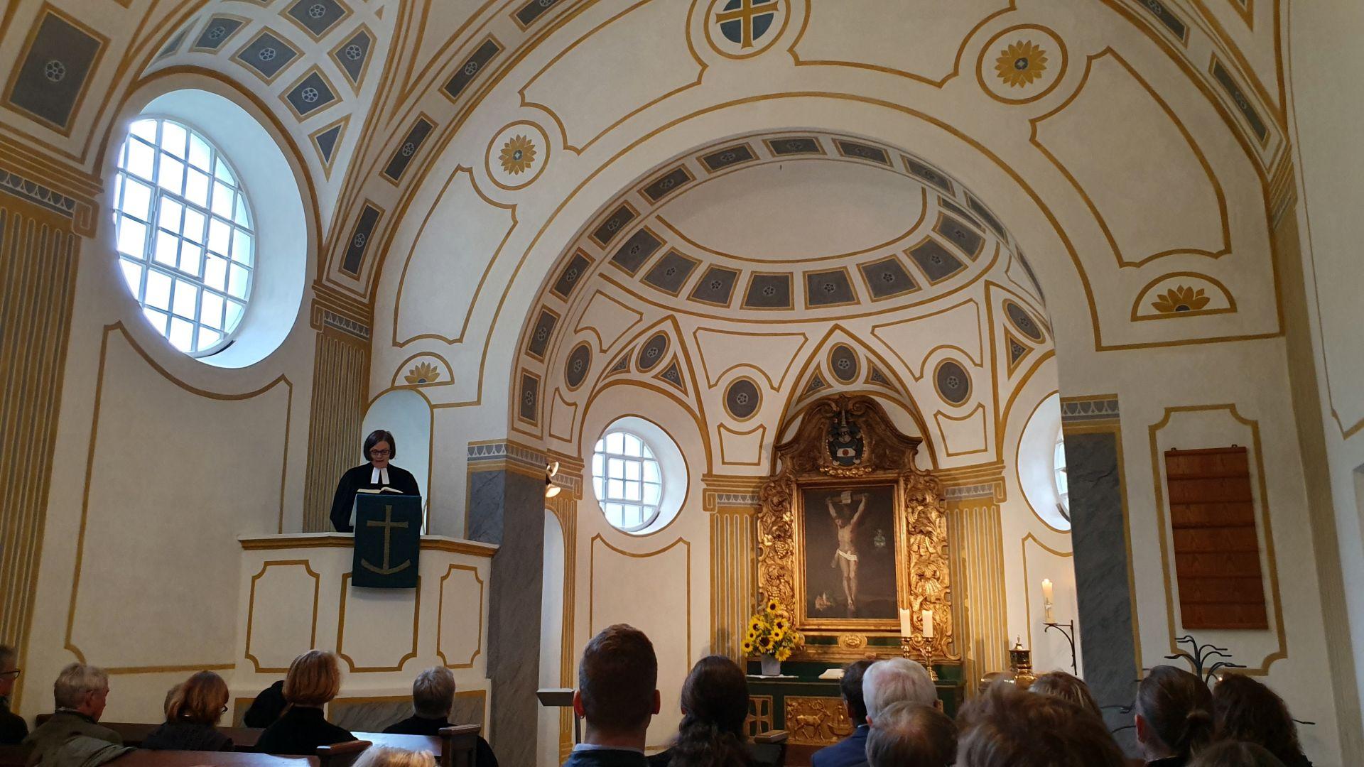 Anna Ammon auf der Kanzel der Kirche in Kochel