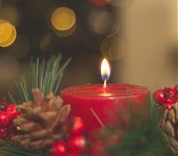 eine leuchtende Kerze im Advent