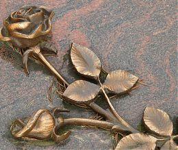eine Rose auf einem Grabstein