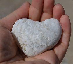 ein Herzstein in der Hand