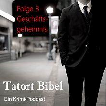 Logo Tatort Bibel Folge 3 Mann im Anzug auf einer unbelebten Straße bei Laternenschein