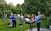 eine Chorprobe im Garten