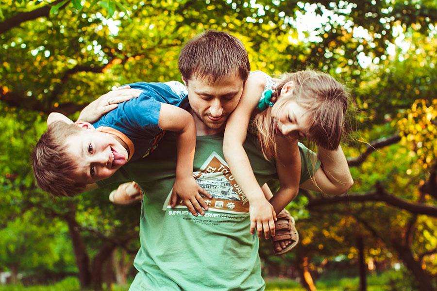 ein Vater mit seinen Kindern