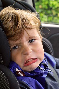 Kind nörgelt im Auto