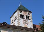 Nahaufnahme vom Kirchturm mit Uhr und Sonnenuhr im Kloster Neustift, Brixen