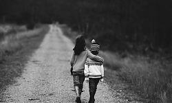 Mädchen und Junge auf einem Feldweg