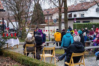 Gottesdienst zum 1 Advent, draußen auf dem Kirchenvorplatz