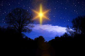nächtlicher Sternenhimmel mit einem leuchtenden Weihnachtsstern