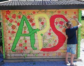 Kinder malen eine Hütte an