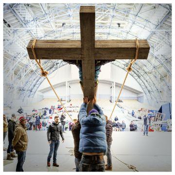 Probe für die Oberammergauer Passionsspiele - Helfer heben das Kreuz mit Jesus an