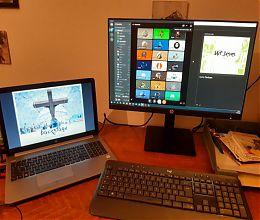 Zwei Bildschirme auf einem Schreibtisch mit Bildern der digitalen Osternacht der Jugend