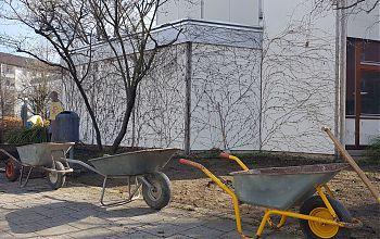 Gartenarbeiten an der Apostelkirche