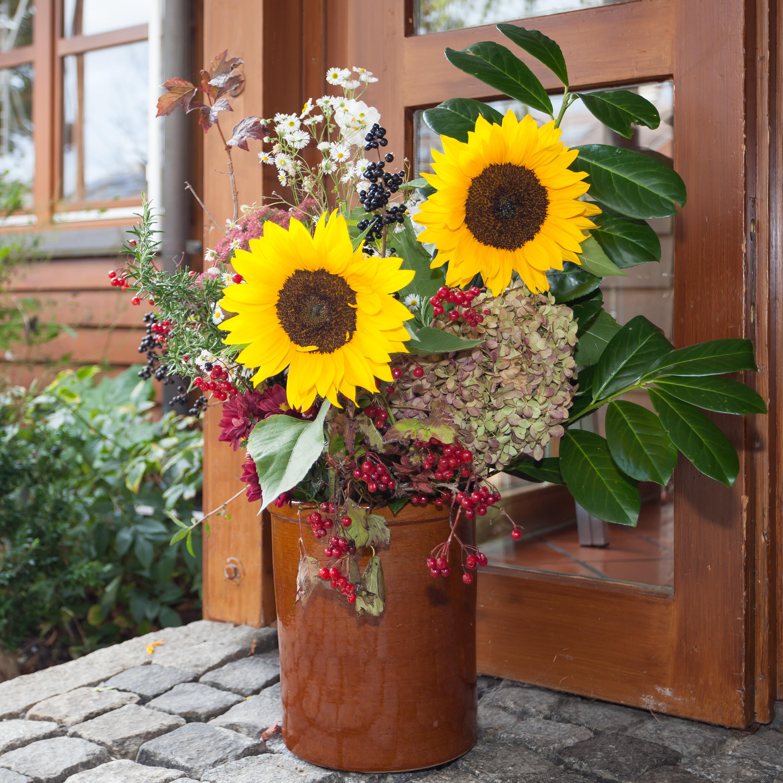 Blumenschmuck zum Erntedankfest mit Sonneblumen