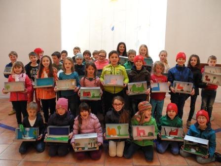 Die Kinder mit den selbst gebastelten Kirchengärten