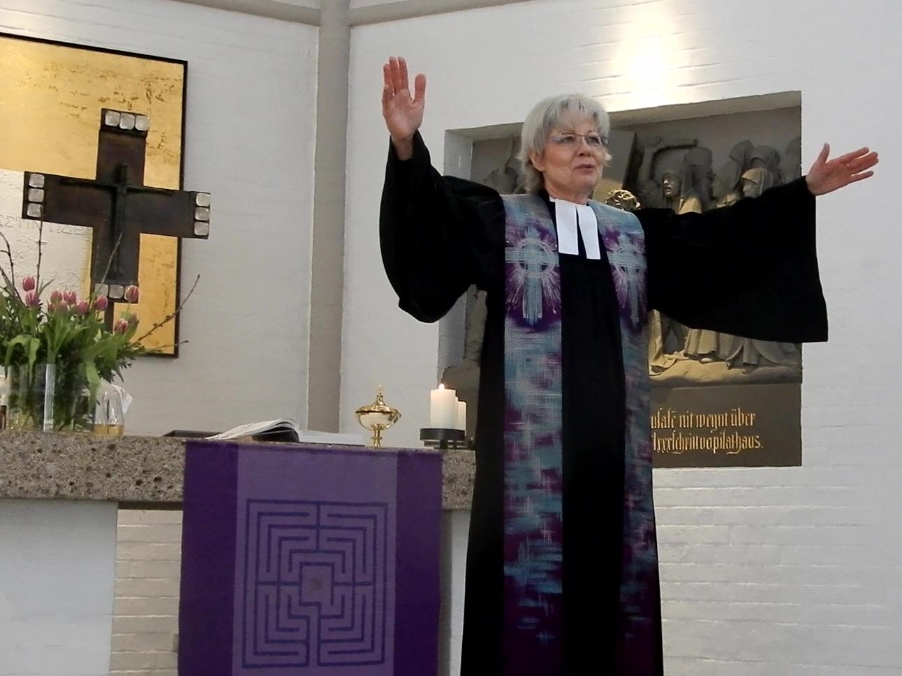 Dekanin Wirth segnet die Gemeinde