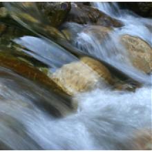 Wasser rauscht über Steine