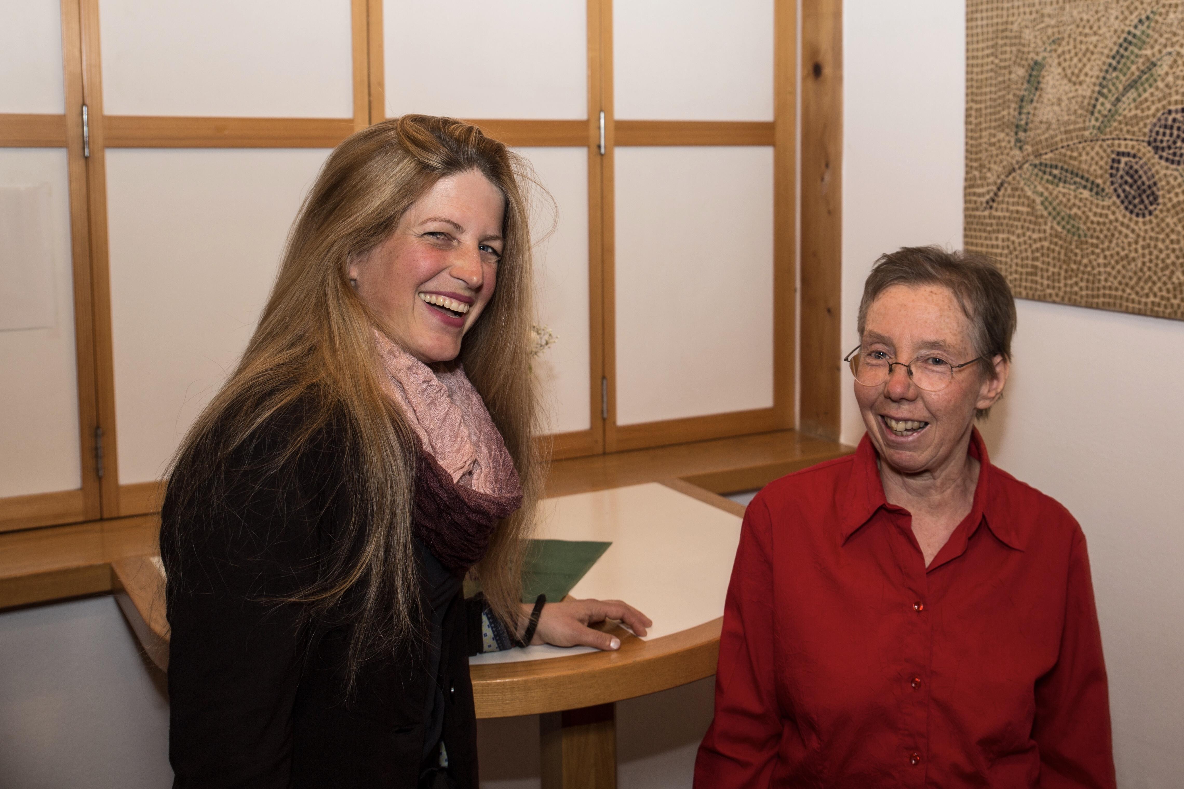 Chorleiterin Sieglinde Zehetbauer und Annegret Pour